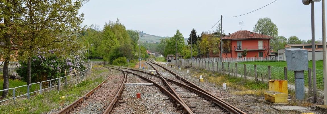 Castagnole delle Lanze: a destra verso Alessandria, a sinistra verso Asti ...